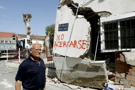 Un vecino de Lorca ante un edifico afectado por el terremoto. | Juan Carlos Cárdenas