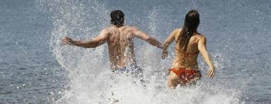 Dos jóvenes se bañan en el mar. | EL MUNDO