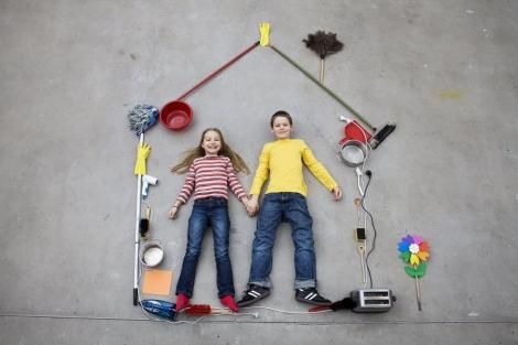 Una pareja de niños en una casa simulada   Leander Baerenz