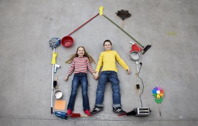 Una pareja de niños en una casa simulada | Leander Baerenz