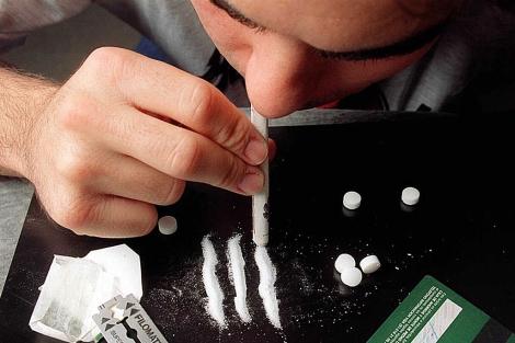 Un hombre esnifa cocaína. | El Mundo