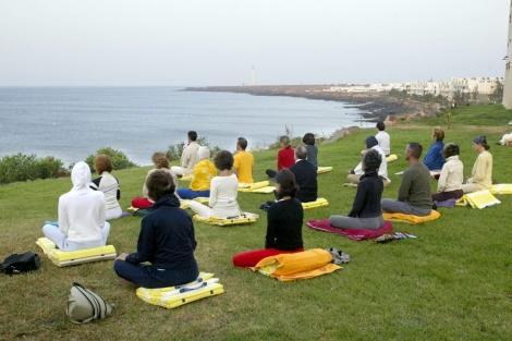 Un grupo de personas durante una terapia de meditación. | Bernabé Cordón