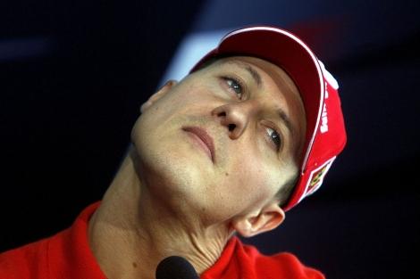 Michael Schumacher hace un gesto de dolor en el cuello.   Foto: AP