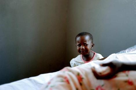 Una niña ugandesa acompaña a su madre, moribunda por el sida. | Alfredo Caliz