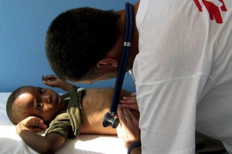 Un médico atiende a un niño seropositivo. | Foto: Michael G.Nielsen
