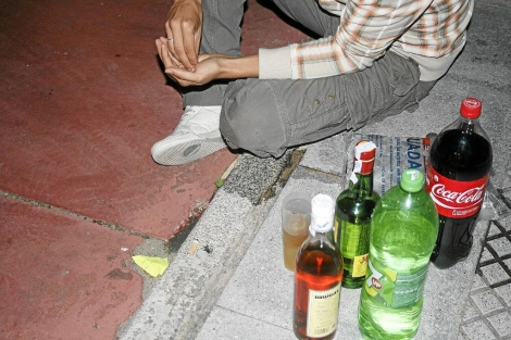 Joven liando tabaco en un botellón. | Foto: Elisabeth Domínguez