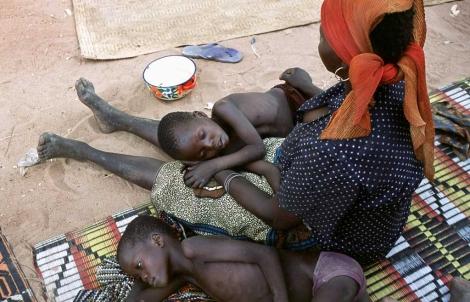 Niños enfermos de meningitis en Pont Karol, Nigeria. | Dieter Telemans