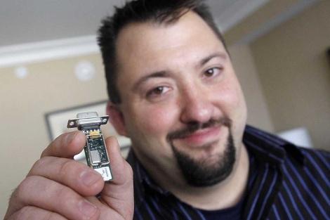 Radcliffe muestra el aparato que usó para 'piratear' la bomba de insulina.  Ap
