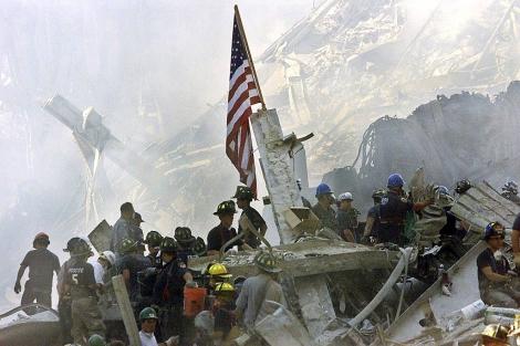 Bomberos durante la retirada de escombros del Wall Trade Centre. | Reuters