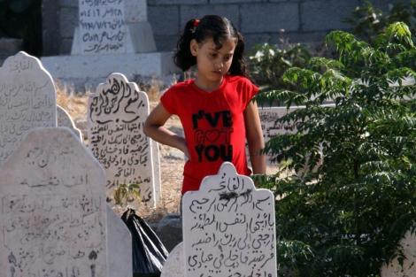 Una niña palestina en el cementerio Sheikh Redwan, en Gaza.   M. Saber