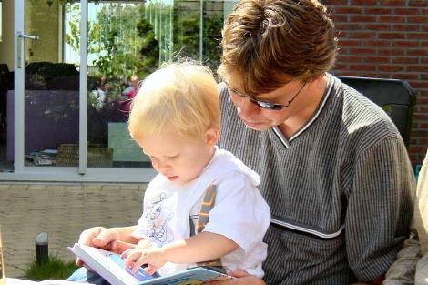 Un padre lee con su hijo.