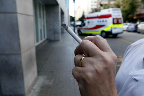 El tabaco sí se considera un factor de riesgo de cáncer por la población. | Foto: Vicent Bosch