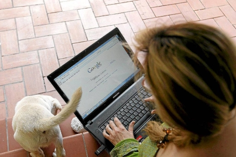 Una mujer busca información en un ordenador portátil. | Antonio Moreno