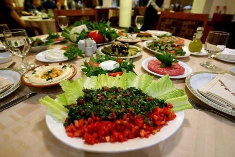 Distontos platos de comida árabe. | AFP