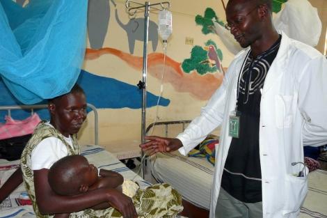Un médico atiende a un niño enfermo de malaria en Kenia. | David Poland, PATH.