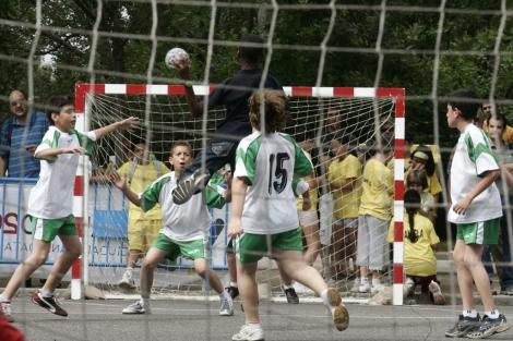 Unos niños juegan al balonmano en Madrid.   Diego Sinova