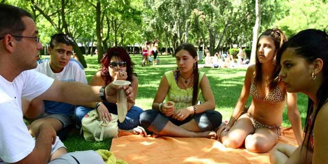 Un grupo de jóvenes recibe una charla sobre preservativos. | El Mundo