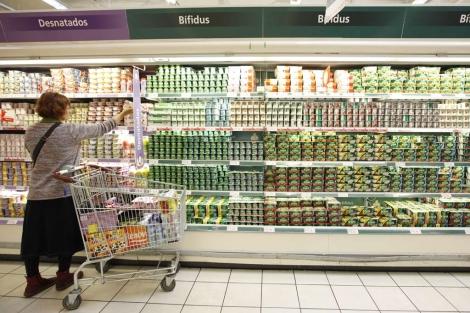 Una mujer elige entre las opciones de yogures con 'bífidus'. | S. Enríquez