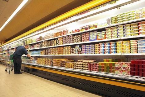 Una persona en la zona de refrigeración de un supermercado. | Oscar Monzón