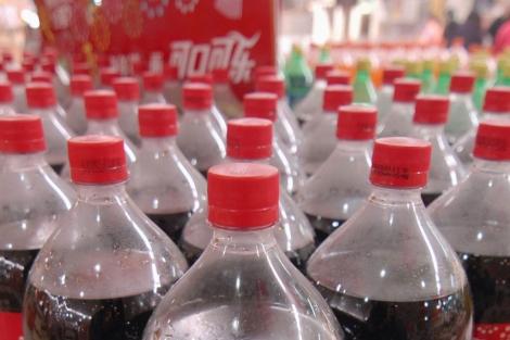 Botellas de refresco en un supermercado. | Stringer