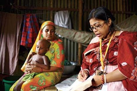 Una 'trabajadora sanitaria' con unos pacientes.   GMB Akash/ Panos