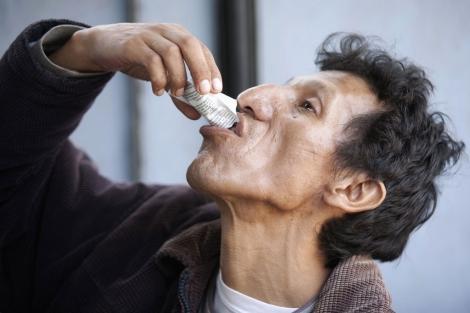 Un paciente toma uno de sus fármacos.| E. Castro-Mendivil/ Reuters