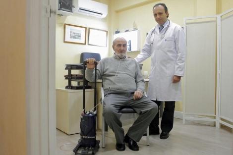 Pedro Bernar, en la consulta del especialista. | Antonio Heredia