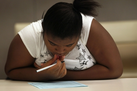 Una niña con sobrepeso estudia en una escuela de EEUU. | Afp