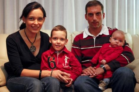 Alicia, Raúl, Oscar y Pablo, en su casa de Madrid.|Sergio Enriquez-Nistal