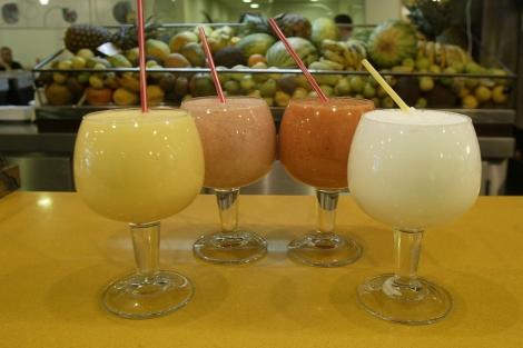 Varios zumos de frutas.   Julián Jaén