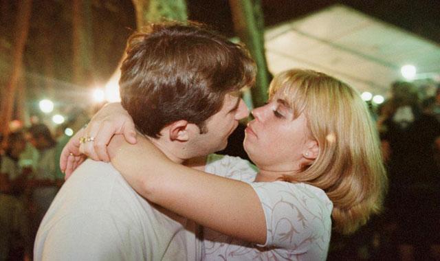Una pareja besándose. | Listau.