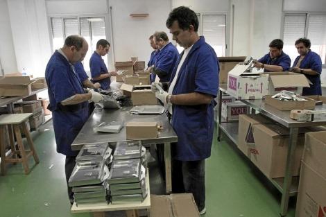 Enfermos aquejados de esquizofrenia en un centro de trabajo. | Christian Maury