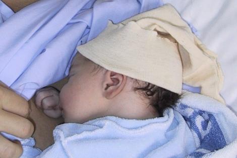 Un recién nacido durante sus primeros días de vida. | El Mundo