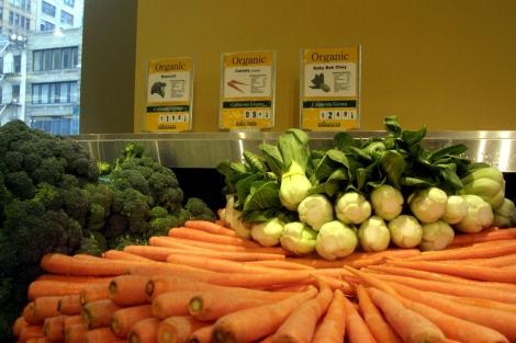 Un puesto de verduras y frutas.   El Mundo