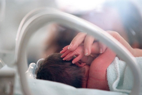 Un bebé prematuro en el Hospital La Paz, de Madrid. | Kike Para.