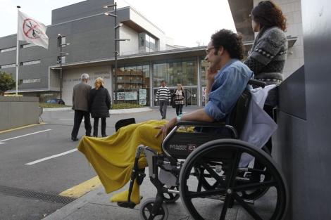 Un paciente en el hospital de Sant Pau donde ondea la bandera de los recortes. | Quique García
