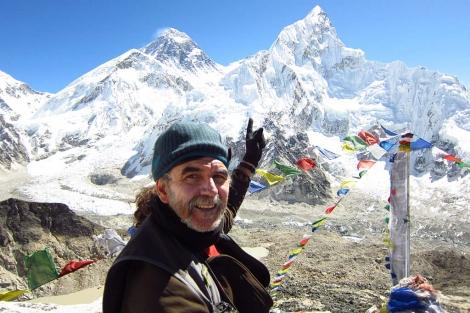 Ángel Gutiérrez, señalando las cumbres del Everest
