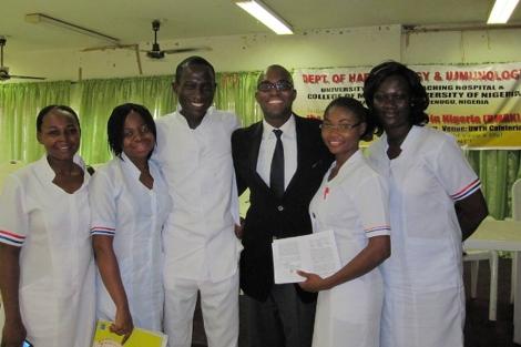 Seun Adebiyi y varios de los sanitarios del registro de médula ósea.| BMRN
