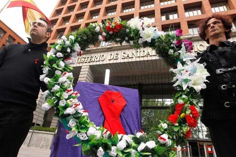 De luto y con una corona de flores han protestado las ONG por la 'muerte' del Plan.| Efe
