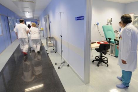 Médicos por los pasillos de un hospital.   Valentín Guisande
