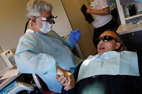 Un dentista atiende a un paciente.|Jim Young | Reuters