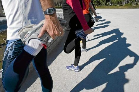 Un grupo de corredores entrenando en el Parque de El Retiro.   Gonzalo Arroyo