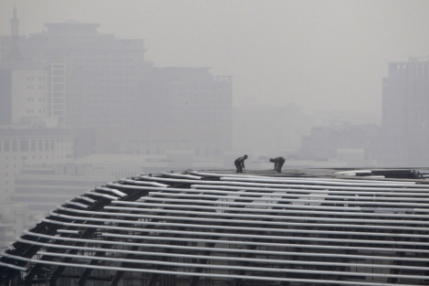 Trabajadores en el tejado de un complejo comercial en Pekín.   Reuters   Jason Lee