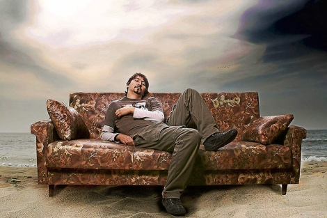 Un joven recostado en un sofá. | Joel Calheiros