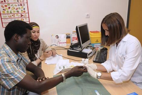 Un hombre se somete a una prueba del VIH en un centro de salud madrileño. | El Mundo