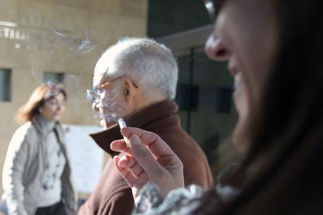 Gente fumando a las puertas del Hotel Center. | Eugenio Torres