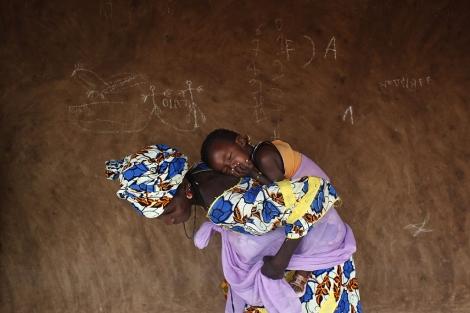 Una mujer con su hijo a la espalda en Mauritania.   Susana Vera   Reuters