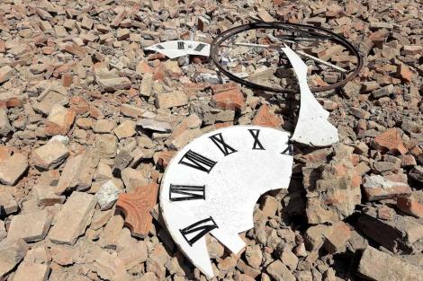 Restos del reloj de la catedral de Mirandola, Italia. | Efe