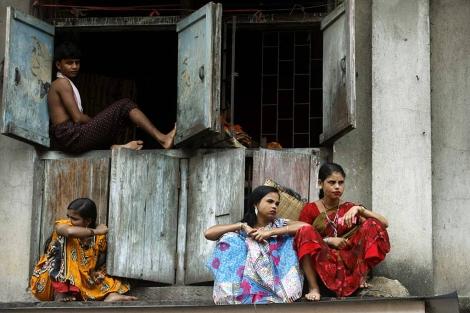 Varias prostitutas indias en una calle de Mumbai. | Reuters