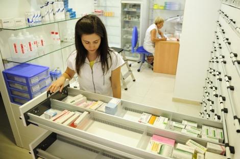 Una farmacéutica en una botica de Toledo.   Bernardo Díaz